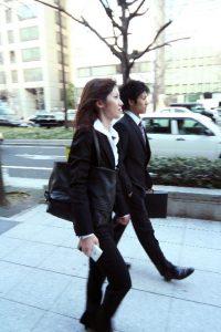 歩くビジネス男女